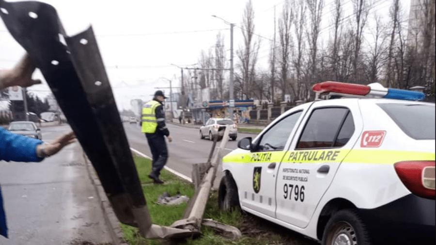 (FOTO) O mașină a poliției, oprită de un parapet de pe marginea unei străzi din Capitală