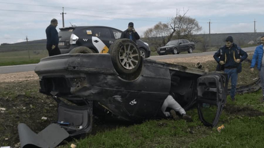 (FOTO) Accident la Telenești. Un șofer a scăpat cu viață după ce a ajuns cu mașina într-un șanț