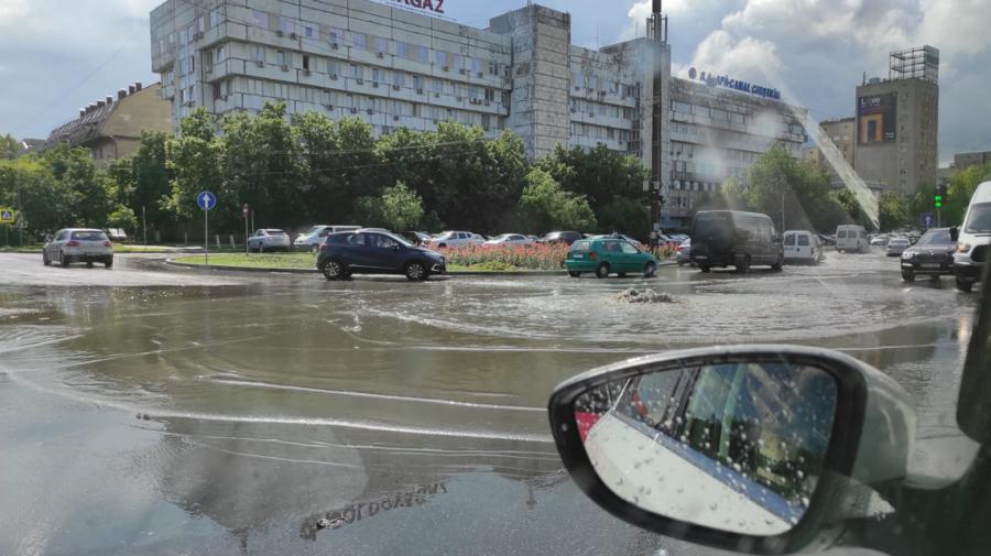 """VIDEO Pe strada Albișoara din Capitală apa """"izvorăște"""" într-o veselie! """"Новый фонтан"""", s-au amuzat internauții"""
