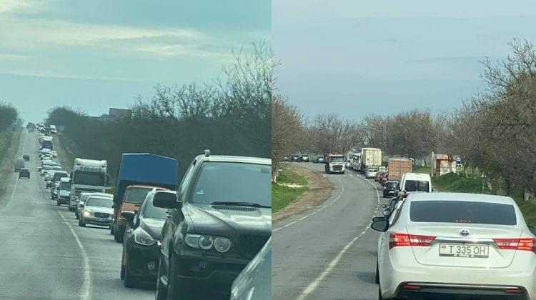 (VIDEO,FOTO) Ambuteiaj infernal pe traseul Chișinău-Anenii Noi. Zeci de mașini circulă bară la bară