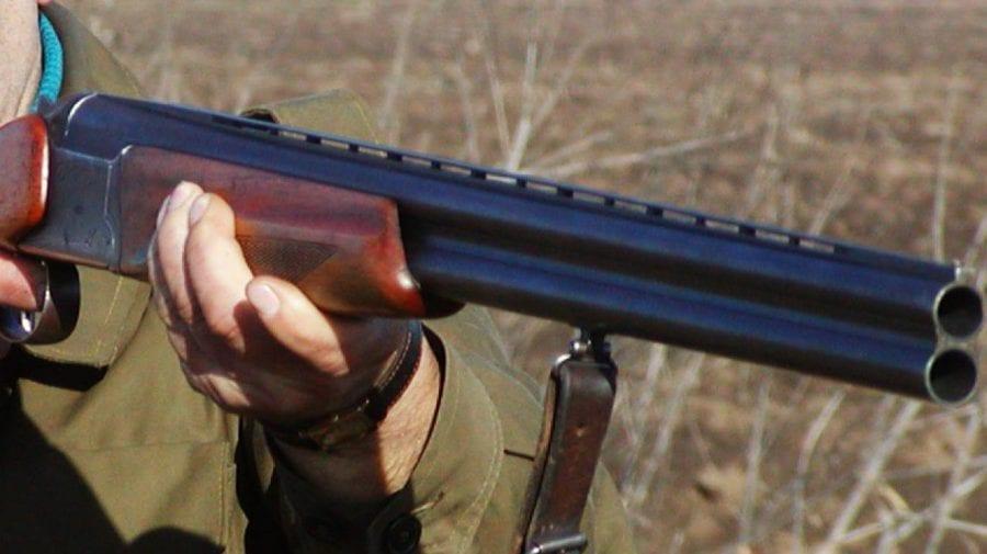 ȘOCANT! Un bărbat s-a împușcat în burtă după ce a chefuit cu amicii săi
