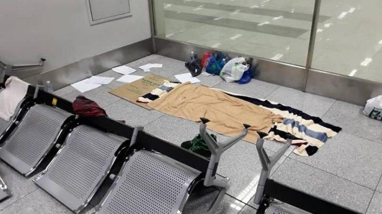 Trei luni blocat în aeroport din cauza pandemiei. Istoria unui european care a dormit pe bănci metalice și cartoane