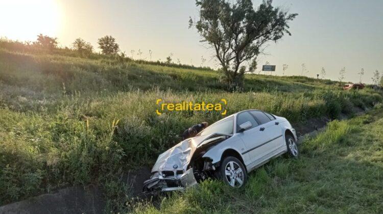 FOTO Poliția, de dimineață la locul accidentului mortal de la Ialoveni. BMW avea semne de la vopseaua Volkswagen-ului