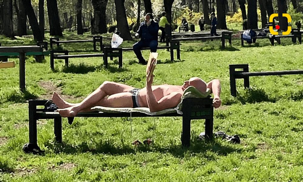 """(VIDEO) """"Dezgolit frumos"""", un bărbat s-a bucurat de razele soarelui într-un parc din Chișinău"""