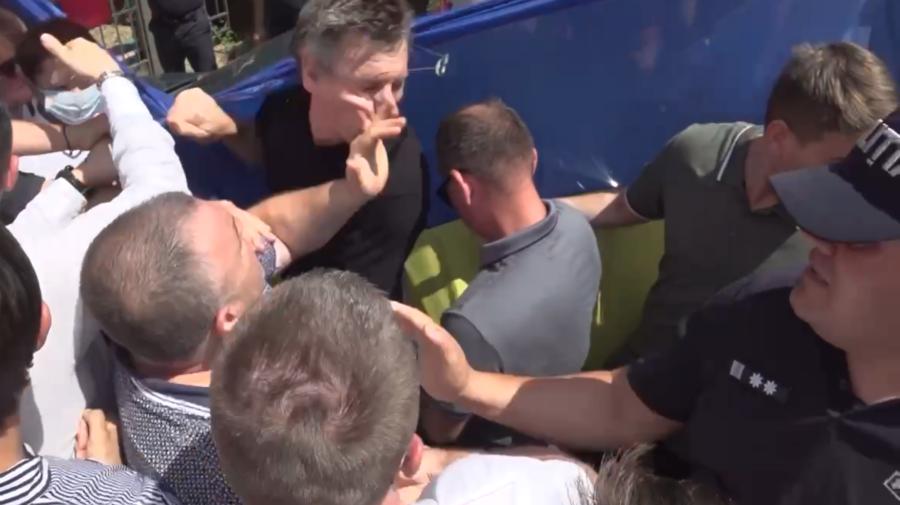 VIDEO I-au sărit și ochelarii! Dorin Chirtoacă a fost pălmuit la sediul PSRM! S-a întâmplat chiar în fața polițiștilor