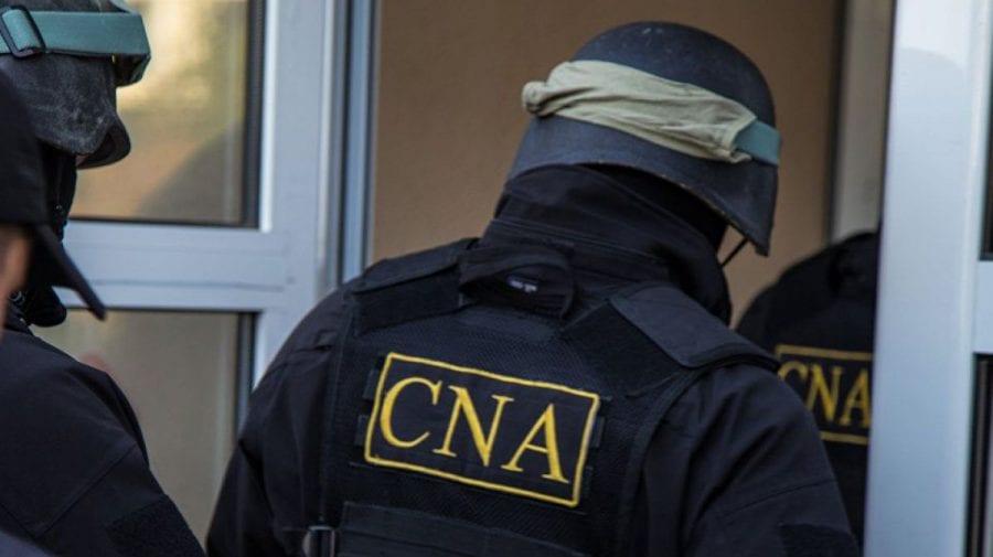 """""""Fabrica cu permise auto"""" și-a pus lacăt la ușă. Trei persoane, reţinute de CNA"""
