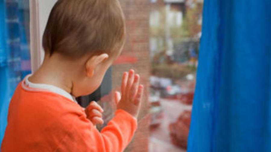 TRAGEDIE în familia unor moldoveni plecați în Germania. Copilul de numai TREI anișori a căzut în gol de la etaj