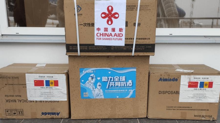 (FOTO) 250 000 de vaccinuri anti-COVID au ajuns la Chișinău! Ce altceva ne-au mai donat chinezii?