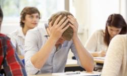 Învățământul obligatoriu se confruntă frecvent cu abandonul școlar și absenteismul elevilor