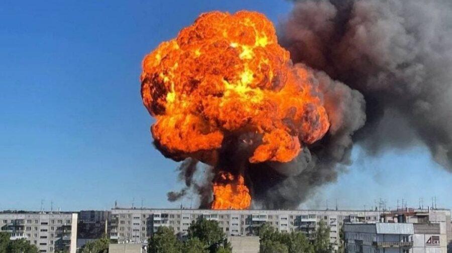 """VIDEO cu explozia de la benzinărie. Focul se ridică deasupra clădirilor! """"Este cald tocmai de aici"""""""