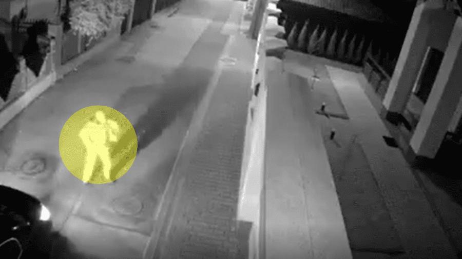Se apropie de o curte de la Buiucani, aruncă cu ceva, după care urmează explozia (VIDEO)