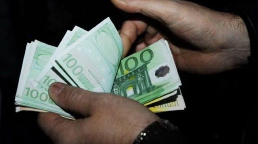 (VIDEO) Au furat peste cinci mii de euro de la o rudă, iar banii i-au îngropat în curtea casei. Ce riscă hoții