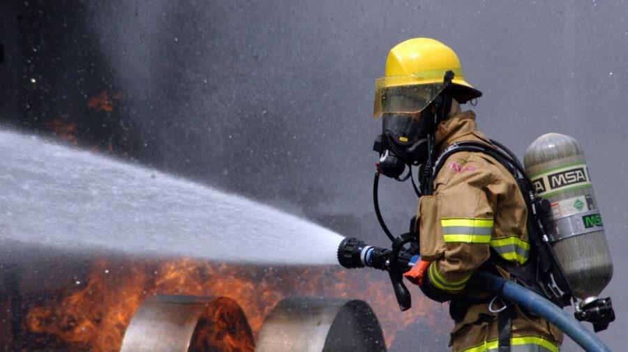(FOTO) La un pas de tragedie! La Rîșcani a ars un garaj în interiorul căruia se aflau cinci butelii de gaz