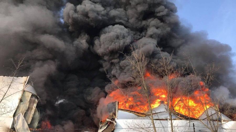 Substanțe extrem de toxice în atmosferă după incendiul de la depozitul de vopsele! Recomandările experților de mediu