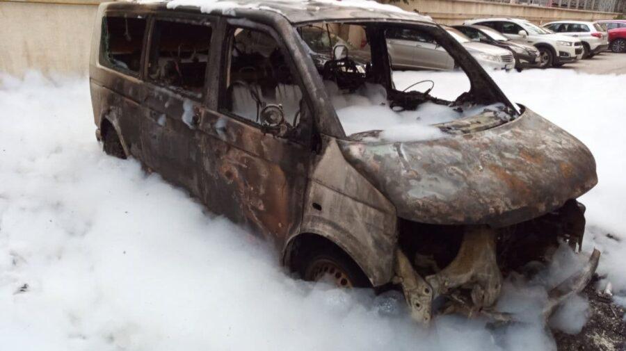 FOTO Patru automobile dintr-o lovitură! Un incendiu violent la Botanica a pus pe jar pompierii