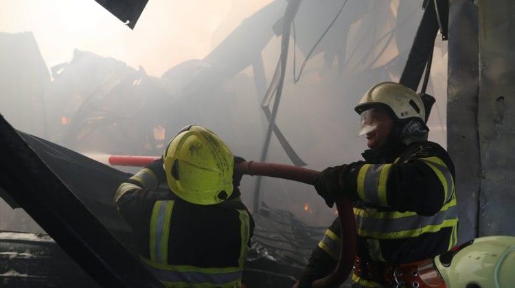 (FOTO) Incendiul violent izbucnit, ieri, în Capitală a fost lichidat. Ce spun specialiștii IGSU