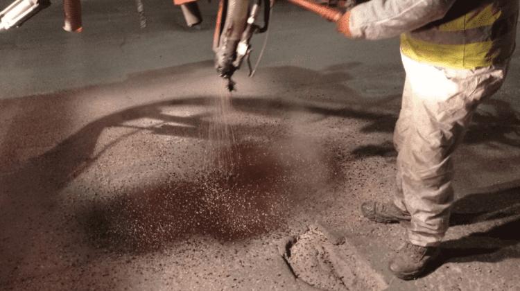 """Municipalitatea """"s-a apucat"""" de asfaltarea gropilor de pe străzi. VIDEO"""