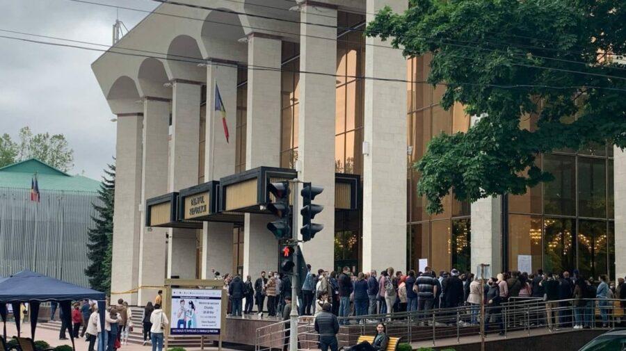 Câți moldoveni au venit la rapel la Palatul Republicii? Unii s-au imunizat anti-COVID abia cu prima doză
