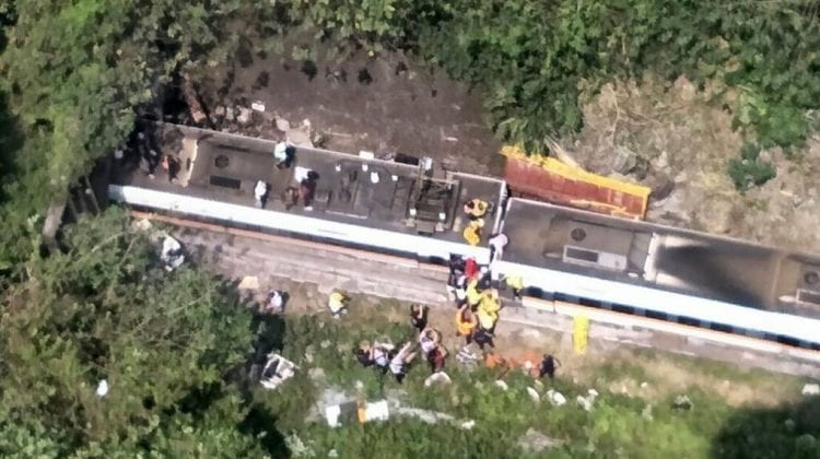 Accident feroviar extrem de grav ce a luat viața a 34 de oameni: Camionul s-a răsturnat, iar trenul este distrus