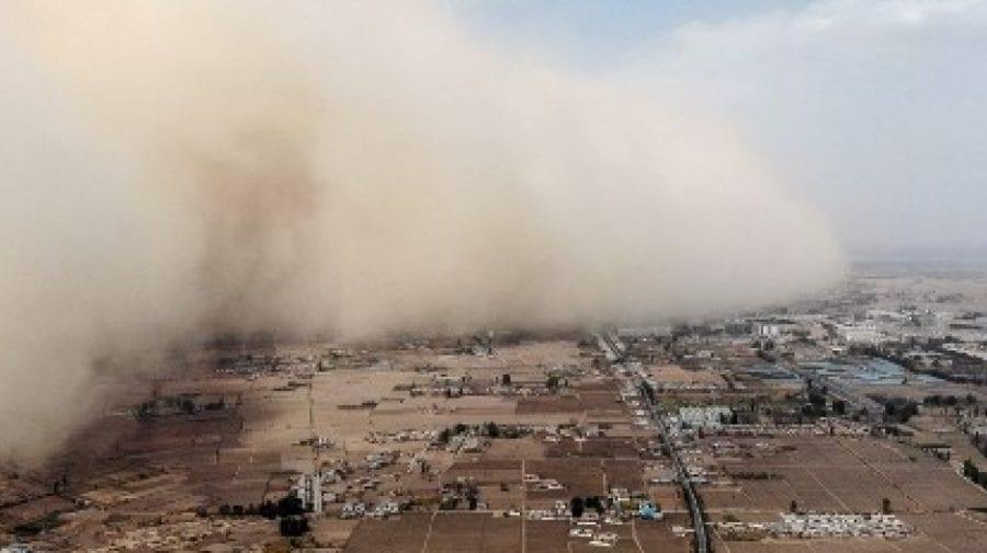 (VIDEO) Un zid gigantic de nisip a cuprins şi a izolat o provincie din China. Care sunt cauzele acestui fenomen ?