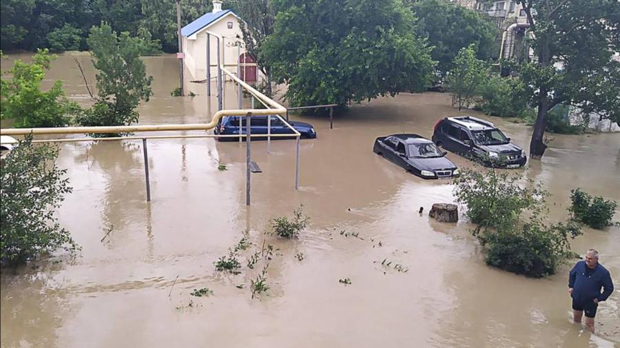 VIDEO Au scos bărcile pentru a se putea deplasa pe străzi. Orașul Kerci din Crimeea, inundat de ploi