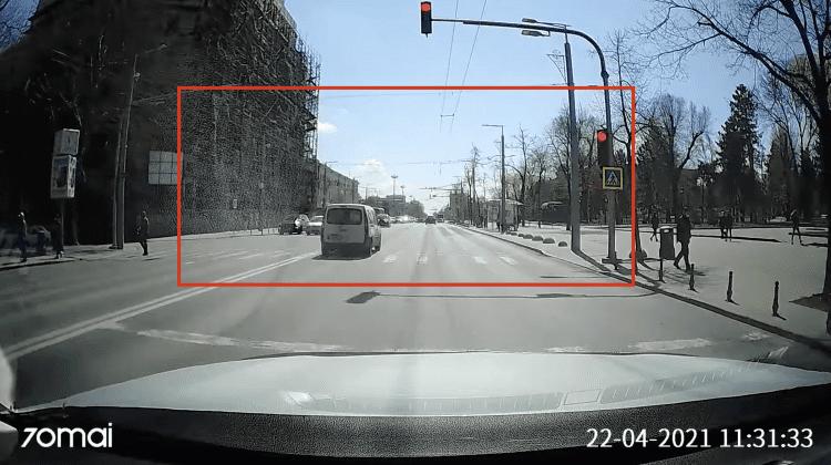(VIDEO) Grăbit și iresponsabil! Un șofer trece la culoarea roșie a semaforului în timp ce pe carosabil sunt pietoni