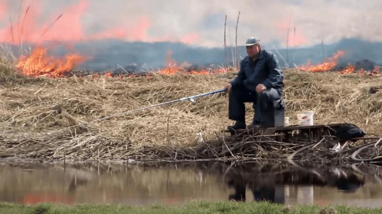 (VIDEO) Să ardă măcar și toată lumea, el are de pescuit! Cum a fost surprins un bărbat din Belarus