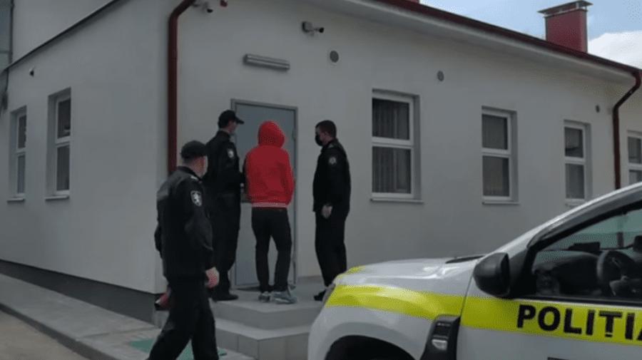 (VIDEO) Șoferul, care a intrat cu mașina în polițiști la Bălți, fiind beat, a fost reținut