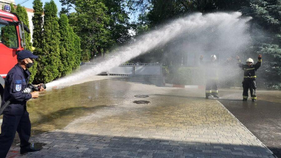 VIDEO Doi angajați IGSU s-au lăsat udați cu apă de colegii de breaslă. De ce au procedat așa?