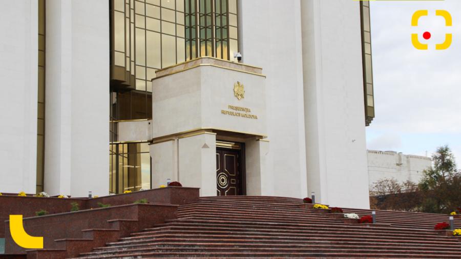 FOTO Protest la Preşedinţie! Un bărbat riscă proces penal pentru că și-a parcat mașina pe scările instituției
