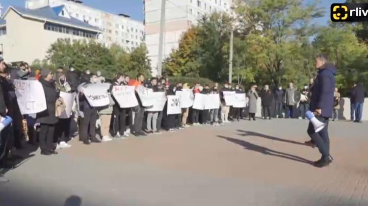 """VIDEO Socialiștii, alături de zeci de oameni """"au luat"""" cu asalt Judecătoria Ciocana. Cer eliberarea lui Stoianoglo"""