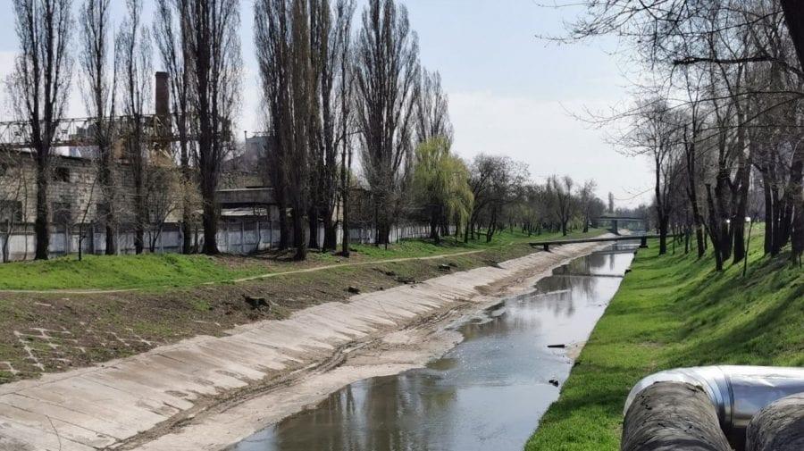 Albia râului Bîc, betonată de municipalitate. Scopul lucrărilor