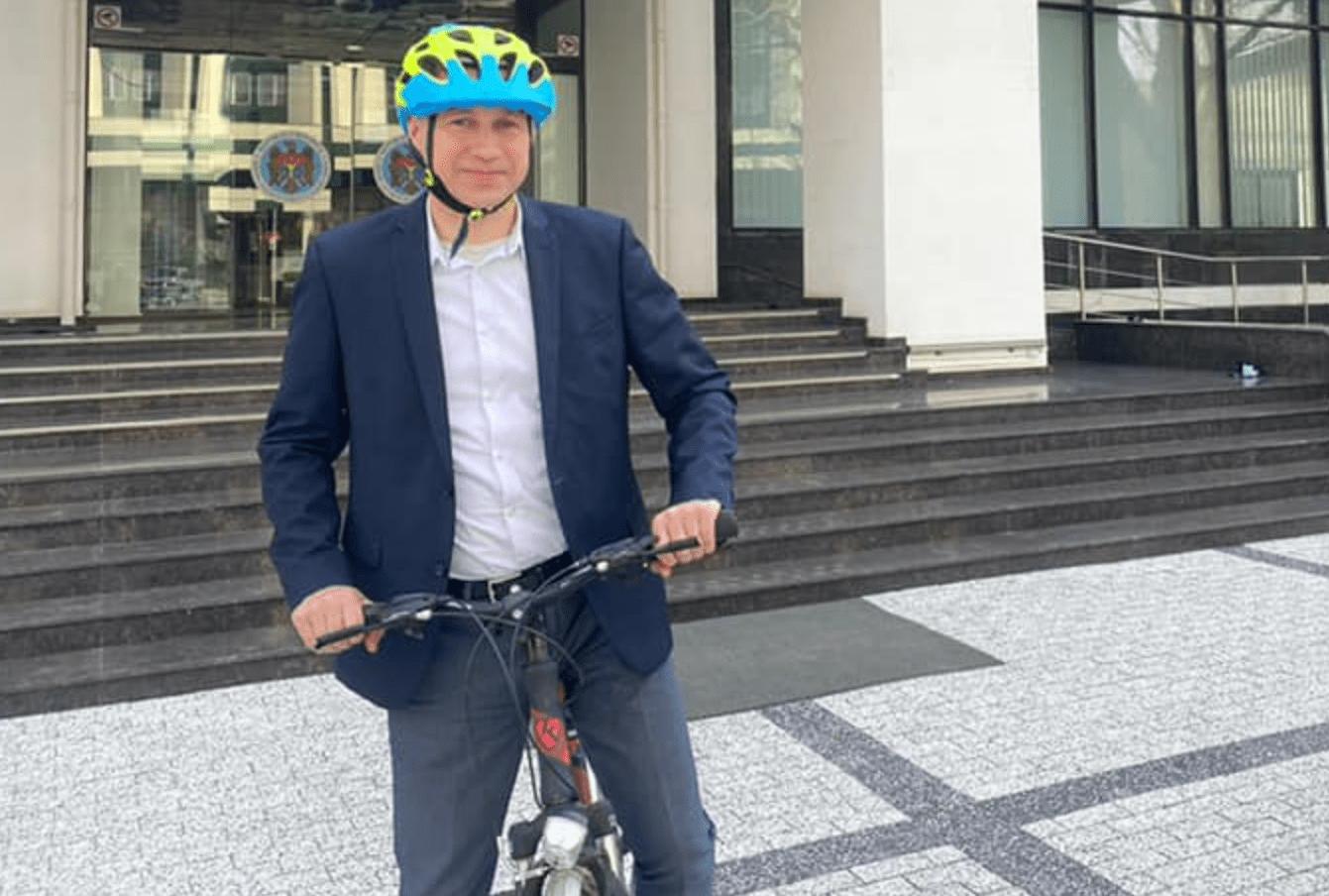 (FOTO) Secretarul de stat care a schimbat mașina pe bicicletă. Îndemnul acestuia și pentru alți cetățeni