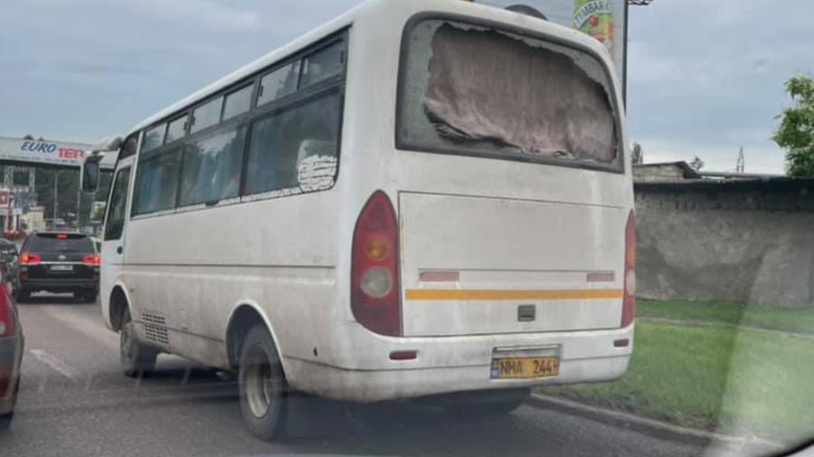 """De râs și de plâns! Perdea în loc de geam la un autobuz din Chișinău. """"Climate control"""", au râs internauții"""
