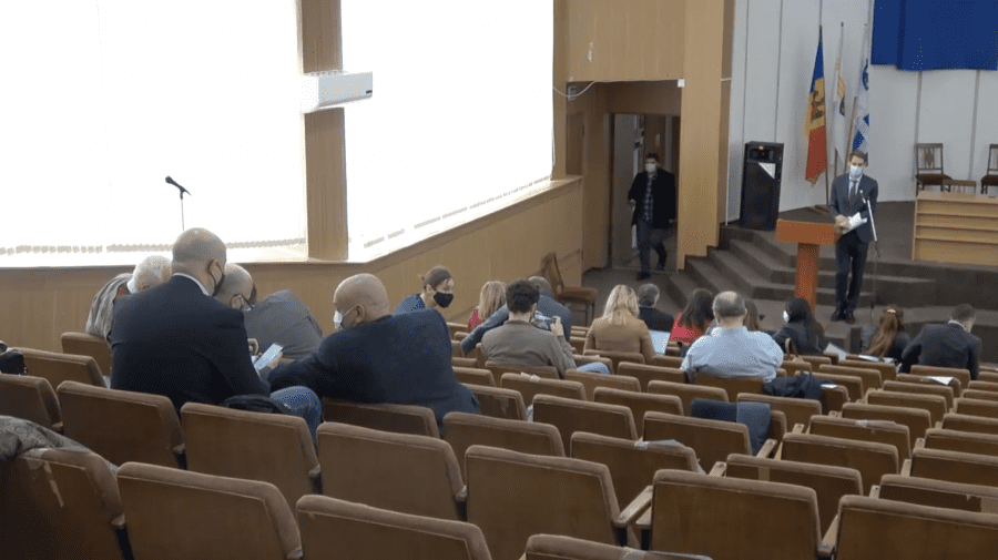 (STOP CADRU) Consilier PAS surprins în timp ce se joacă în telefon la ședința CMC
