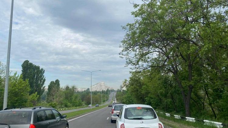 Ambuteiaj enorm la Botanica! Vehiculele circulă bară la bară la intrarea în Chișinău