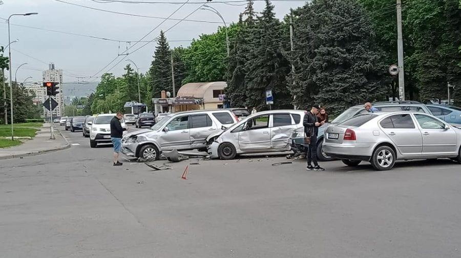 (VIDEO) Accidentul de la Botanica cu implicarea a patru automobile! Momentul în care unul dintre șoferi trece pe ROȘU