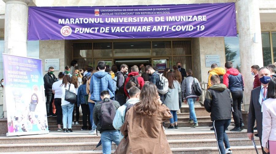 (FOTO,VIDEO) Rând la USMF! Studenți, profesori și pensionari, veniți după prima doză de ser anti-COVID