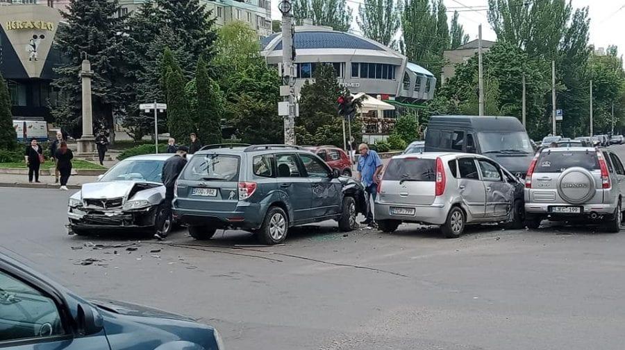 (FOTO) Accident în lanț pe o stradă din Capitală! Patru mașini nu au încăput într-o intersecție