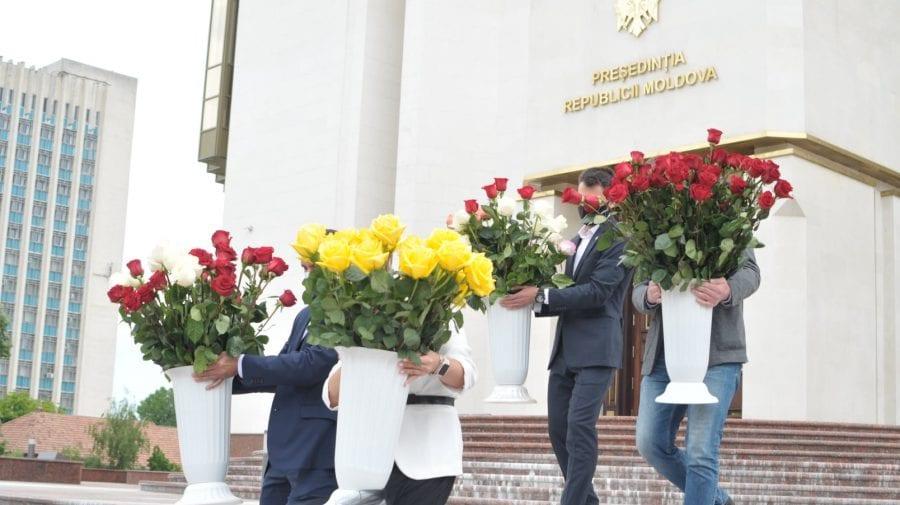 (GALERIE FOTO) Ce a făcut Maia Sandu, ajutată de ofițerii SPPS cu florile primite în dar de ziua ei