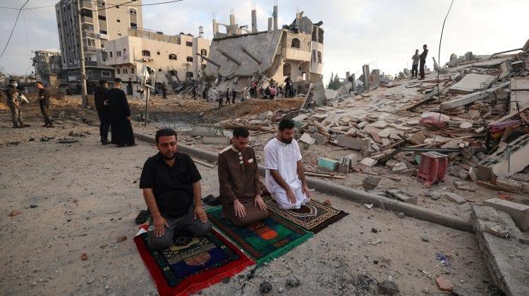 (FOTO) În pofida neîncetatului bombardament aerian, palestienii din enclava asediată marchează o sărbătoare religioasă