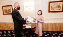 Un prosop creat de meșterițele noastre a ajuns în mâinile președintelui Lituaniei (FOTO)