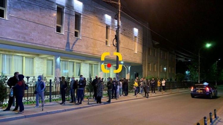 (VIDEO) Moldovenii au stat la coadă și noaptea! Stocul de Pfizer a fost epuizat dimineața. Gălăgie mare la USMF!