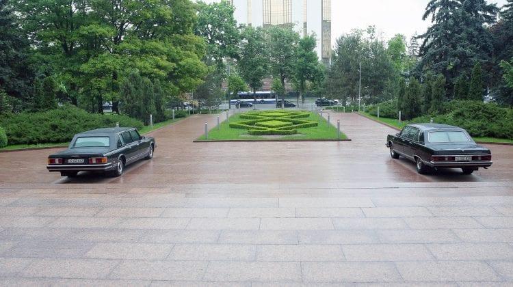 """(FOTO) Două limuzine vechi """"Gaz-14"""" și """"ZIL 41047"""", parcate în fața Parlamentului. Doritorii le pot admira"""