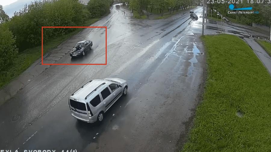 """(VIDEO) Bărbat """"plimbat"""" pe capota unei mașini 8 KM! Camerele de supraveghere rutieră au surprins totul"""