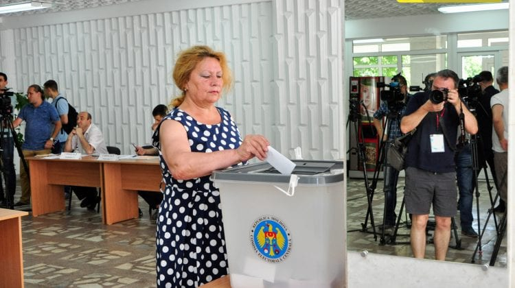 Un expert combate ideea că trebuie deschise în Rusia mai multe secții de votare: În UE s-a votat de șase ori mai mult