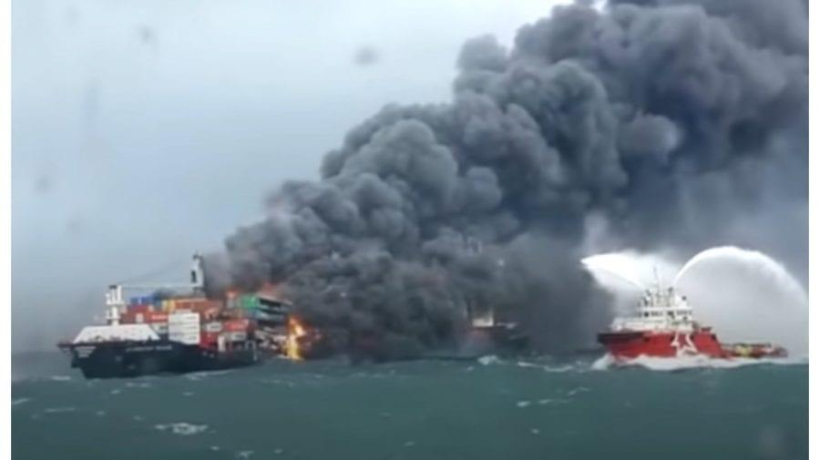 (VIDEO) Catastrofă ecologică în urma unei explozii pe o navă container. Substanțe chimice ar putea să se verse în ocean