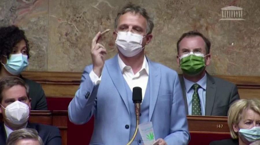 (VIDEO) Scandal în Franța! A venit cu jointul în Parlament