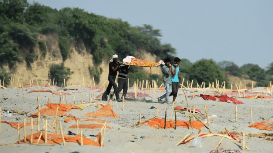 Cum s-a umplut de cadavre fluviul sacru al Indiei. În spatele imaginilor șocante sunt tradiția, sărăcia și COVID-ul