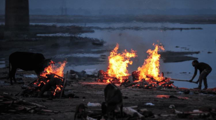 Autoritățile din India au instalat plase pentru a aduna cadavrele celor răpuși de COVID-19